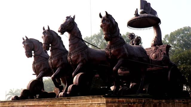 lord krishna & arjuna staty i kurukshetra. - india statue bildbanksvideor och videomaterial från bakom kulisserna