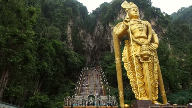 lord murugan statua all'ingresso delle grotte di batu, kuala lumpur, malesia - funfair entrance video stock e b–roll