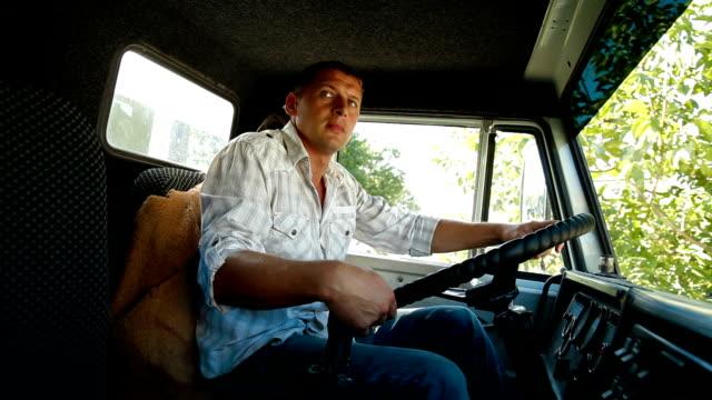 Camionero en la rueda de camión - vídeo