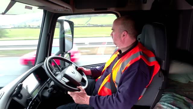 4K: camión / conductor de camión en la carretera - vídeo