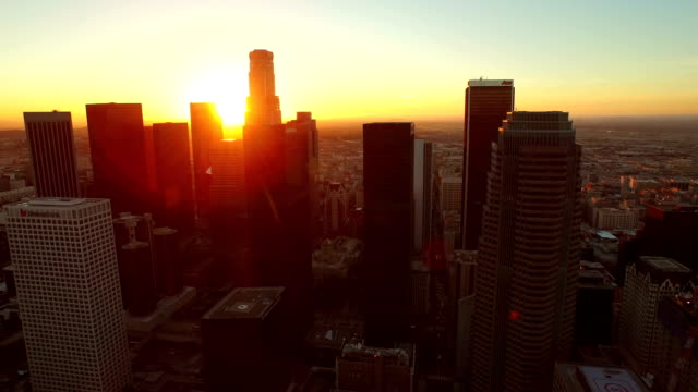 aerial downtown los angeles skyline bei sonnenaufgang - stadtzentrum stock-videos und b-roll-filmmaterial