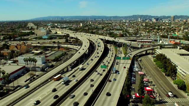 vídeos y material grabado en eventos de stock de vista aérea de los ángeles autopista enlace - los angeles