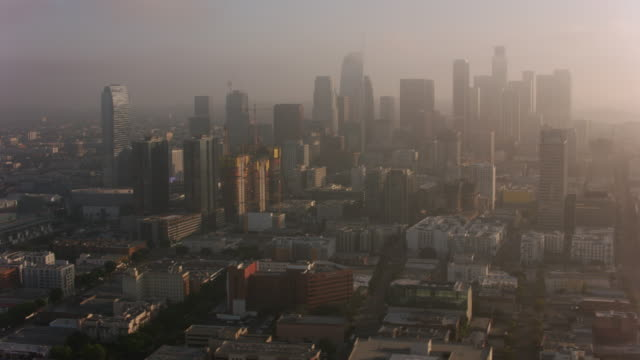 los angeles, aerial shot of los angeles in early morning clouds. - смог над городом стоковые видео и кадры b-roll