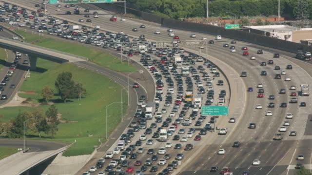 los angeles, aerial shot of traffic on i-405. - автострада стоковые видео и кадры b-roll