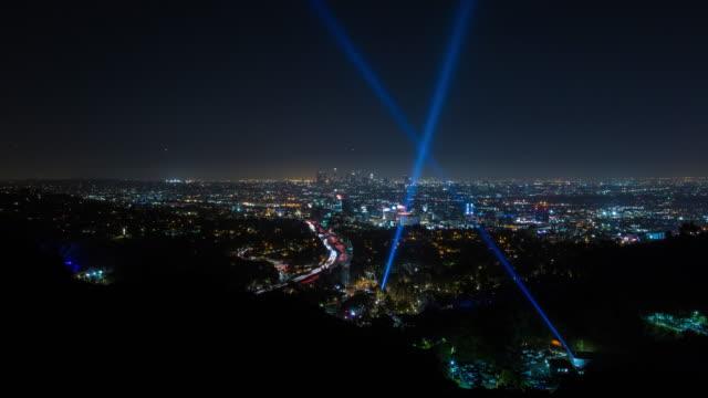 los angeles och hollywood bowl ljusstrålar natt timelapse - hollywood sign bildbanksvideor och videomaterial från bakom kulisserna