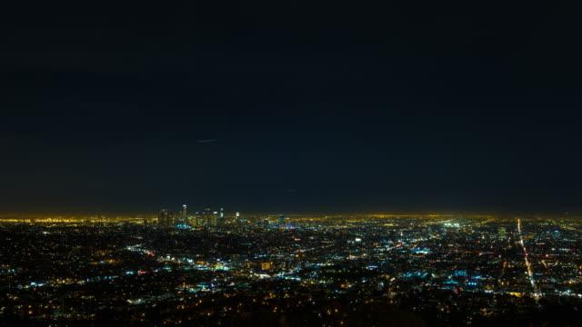 los angeles på night view från griffith observatory timelapse - hollywood sign bildbanksvideor och videomaterial från bakom kulisserna