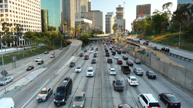 Toits de ville de Los Angeles au cours de la circulation autoroutière - Vidéo