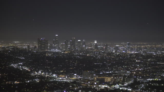 los angeles cityscape at night - città diffusa video stock e b–roll