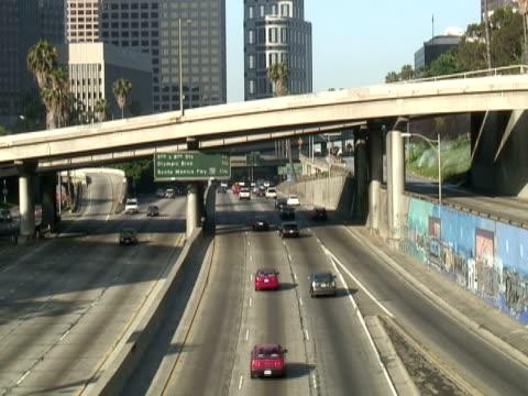 vidéos et rushes de los angeles : l'autoroute rejoint le centre-ville - route surélevée