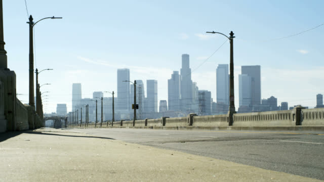 los angeles downtown from a bridge - 街道 個影片檔及 b 捲影像