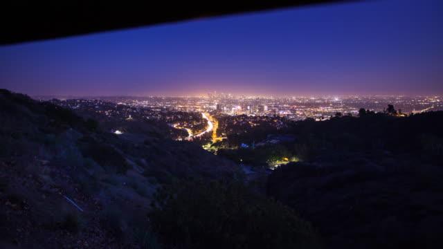 los angeles nattliga stadsbilden - tidsfördröjning - panorering bildbanksvideor och videomaterial från bakom kulisserna