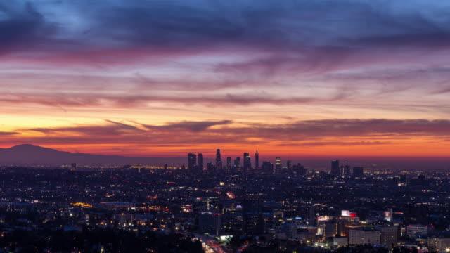 los angeles skyline och hollywood vackra skyfire sunrise nära - hollywood sign bildbanksvideor och videomaterial från bakom kulisserna