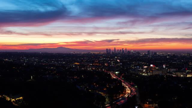 los angeles skyline och hollywood vackra skyfire sunrise - hollywood sign bildbanksvideor och videomaterial från bakom kulisserna