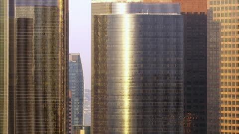 vidéos et rushes de los angeles-gratte-ciel qui reflètent la lumière du matin - panoramique