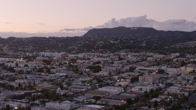 los angeles skymning antenn hollywood tecken - hollywood sign bildbanksvideor och videomaterial från bakom kulisserna