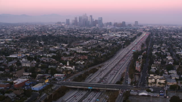 aerial los angeles with downton in the background at sunset - los angeles стоковые видео и кадры b-roll