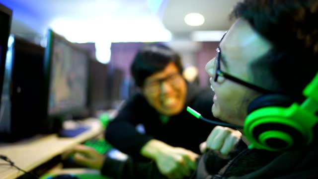 敗者ゲーマーが esport で彼を失うと、彼の友人をいじめ - ゲーム ヘッドフォン点の映像素材/bロール