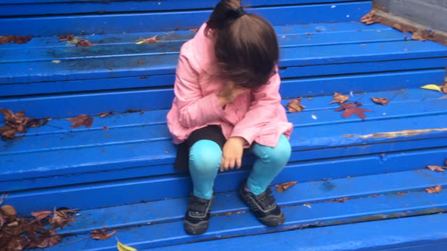 vídeos de stock e filmes b-roll de lost child cries - criança perdida