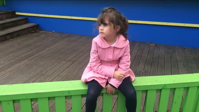 vídeos de stock e filmes b-roll de lost child lost in a city street - criança perdida