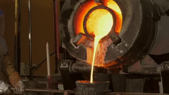 lost vax brons gjutning i ett gjuteri - metallindustri bildbanksvideor och videomaterial från bakom kulisserna