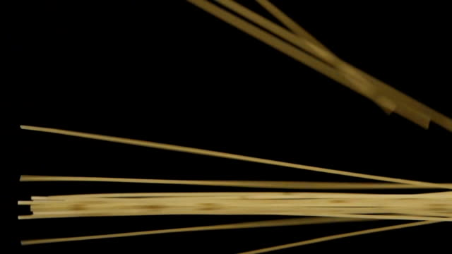 un sacco di spaghetti autunno su sfondo nero - chef triste video stock e b–roll