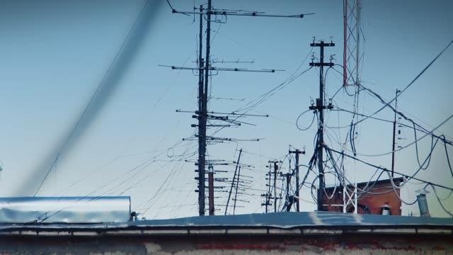 mycket antenner på tak - antenn telekommunikationsutrustning bildbanksvideor och videomaterial från bakom kulisserna