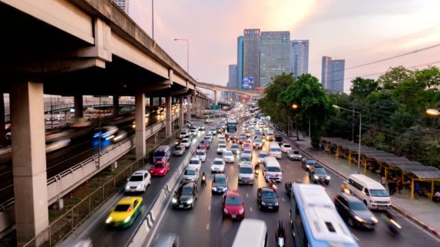 bir sürü araba. bangkok'ta trafik. timelapse şehrin otomobillerin trafik - bangkok stok videoları ve detay görüntü çekimi