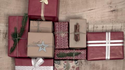 vidéos et rushes de beaucoup de noël présente sur fond en bois - cadeau