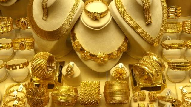 vidéos et rushes de beaucoup de bijoux. les bracelets en or tournent sur les stands - joaillerie