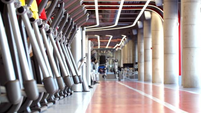 stockvideo's en b-roll-footage met veel zijn mensen betrokken op loopbanden in sportschool - fitnessapparaat