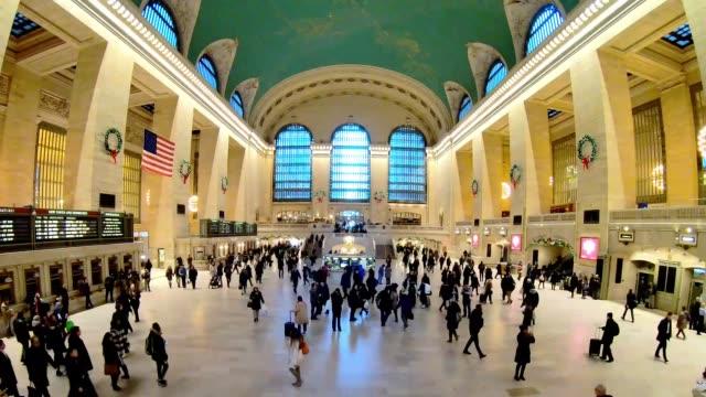 vídeos de stock, filmes e b-roll de muitas pessoas estão caminhando no grand central terminal de nova york - posição