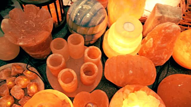 un sacco di sale lampade che è famosa per la sua capacità di migliorare la salute e spirito - salt video stock e b–roll