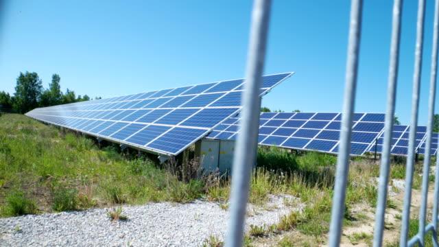 庭に青い太陽光発電パネルがたくさん ビデオ