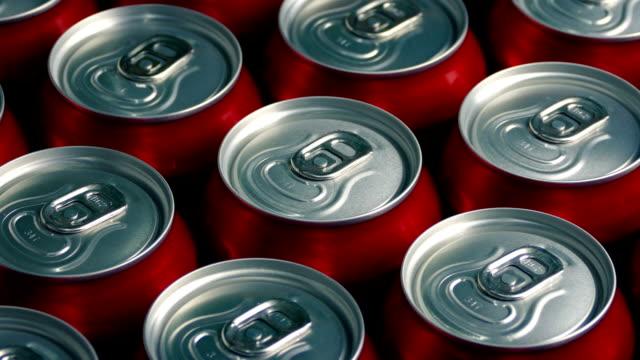 vídeos y material grabado en eventos de stock de un montón de bebida latas producción en masa - cola gaseosa