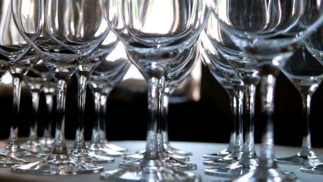 Viele leere Gläser Wein.  Nahaufnahme.  Dolly Schuss. – Video