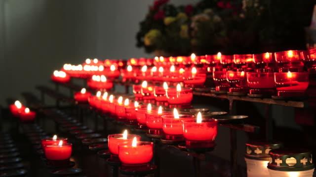 vídeos y material grabado en eventos de stock de lotes de velas de la iglesia rojo - misa