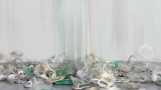 viele der pull-ring tin. - aluminium stock-videos und b-roll-filmmaterial