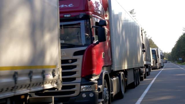 vídeos de stock, filmes e b-roll de lotes de caminhões, perto da fronteira - carregamento atividade