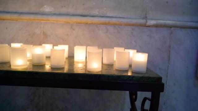 パレルモ シチリア イタリアの教会内のテーブルに白いキャンドルがたくさん - モンレアーレ点の映像素材/bロール