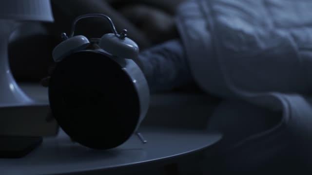 högljudda gamla gammaldags väckarklocka ringer tidigt på morgonen - alarm clock bildbanksvideor och videomaterial från bakom kulisserna