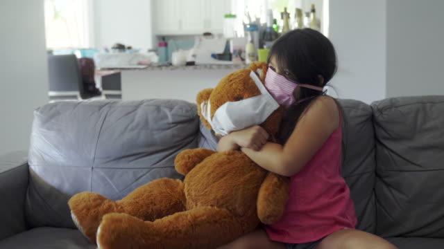 vídeos de stock e filmes b-roll de i love and protect my teddy bear against the virus - teddy bear