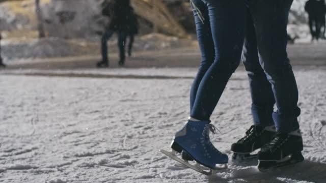 kärlek på skridskoåkning rink - på tå bildbanksvideor och videomaterial från bakom kulisserna