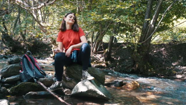 stockvideo's en b-roll-footage met ik hou van te verdwalen in de natuur. - sober leven