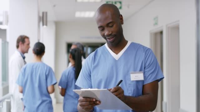 vidéos et rushes de j'aime quand mes patients guérissent bien - infirmier
