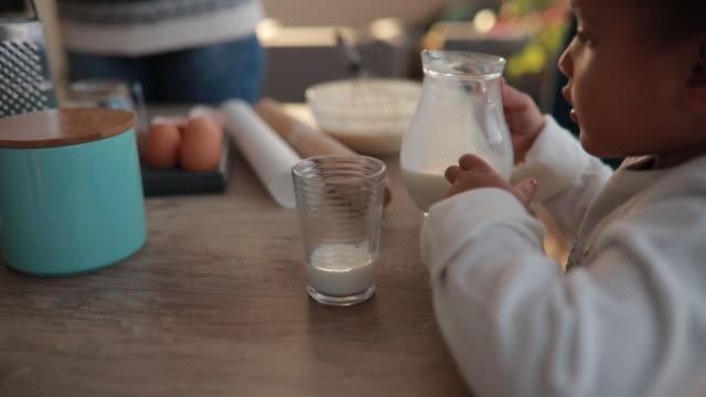 vídeos y material grabado en eventos de stock de me encanta la leche - leche
