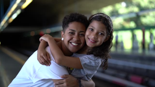 vídeos de stock, filmes e b-roll de amor de sisters - brasileiro pardo