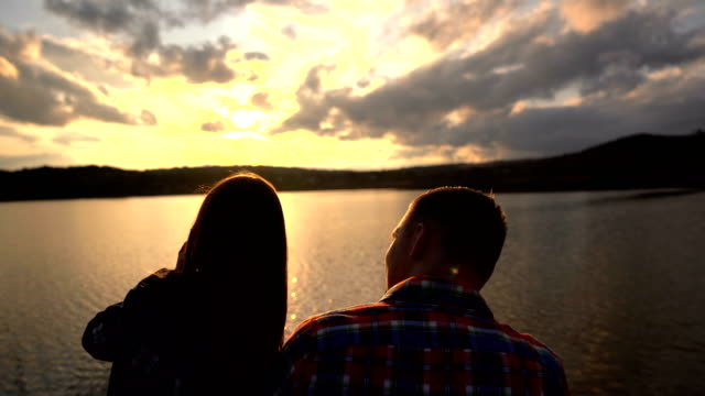vidéos et rushes de amour sur le coucher du soleil - lac reflection lake