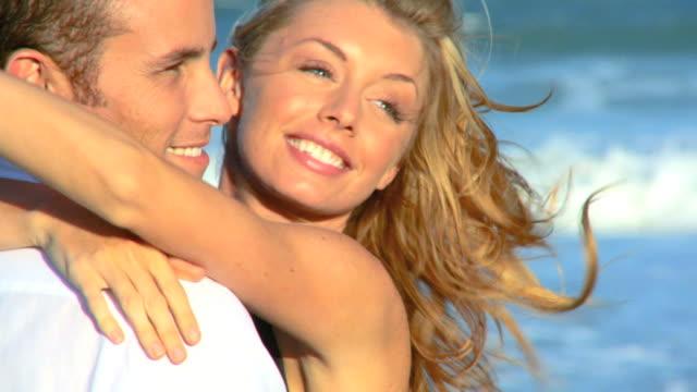 amore sulla spiaggia - spettinato video stock e b–roll