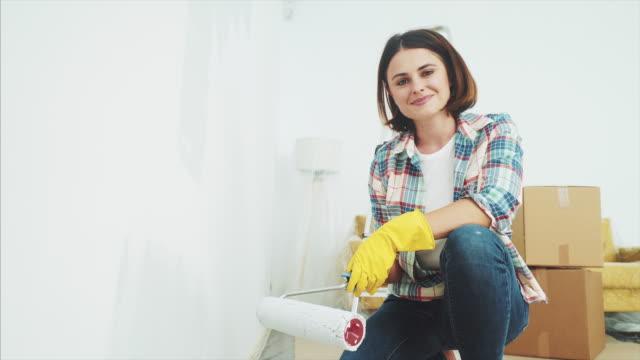 jag älskar att renovera mitt hem. - painting wall bildbanksvideor och videomaterial från bakom kulisserna