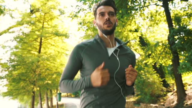 adoro correre. - computer indossabile video stock e b–roll